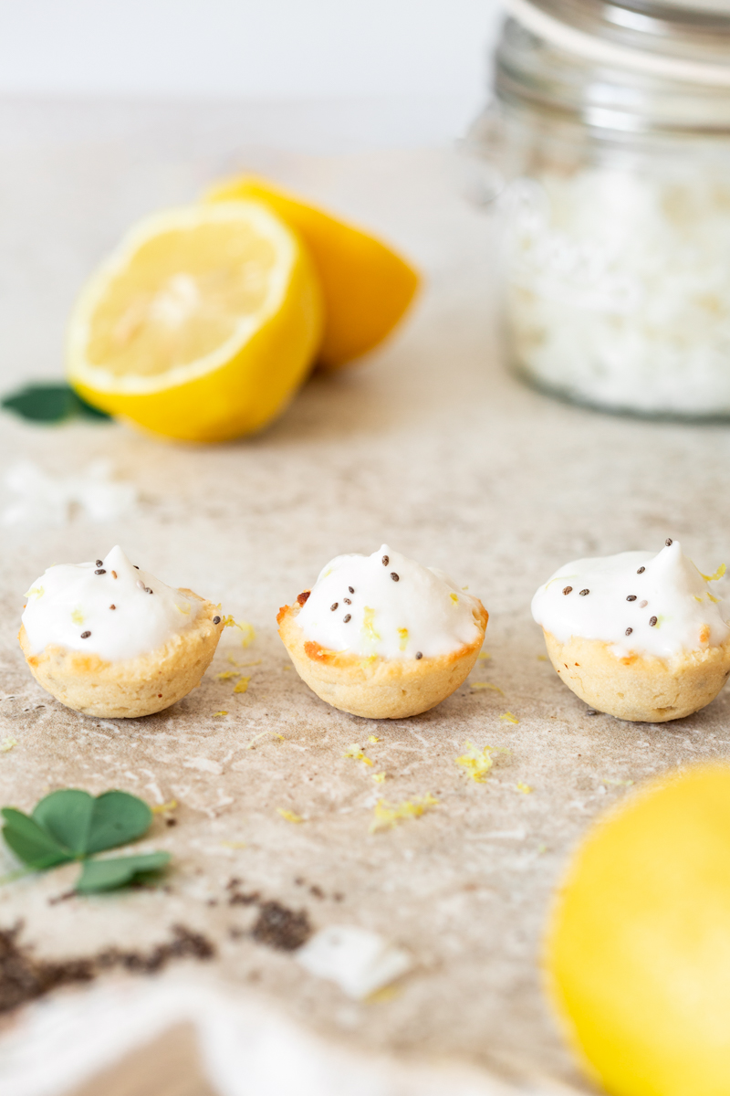 Mini muffins coco citron sans gluten et moelleux avec chantilly ou glaçage coco. Façon mini bouchée, idéal pour l'apéritif ou collation