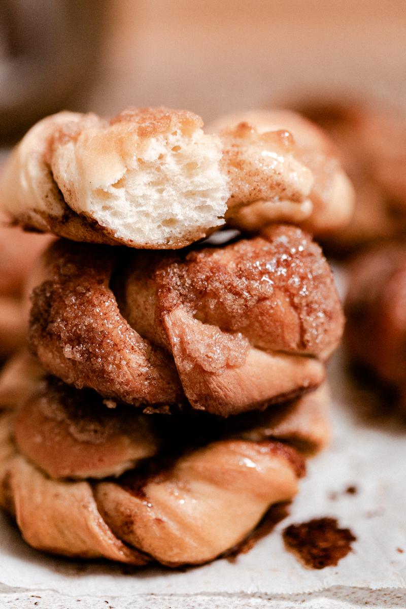 fluffy cinnamon rolls (roulées à la cannelle) brioche moelleuse, aérienne