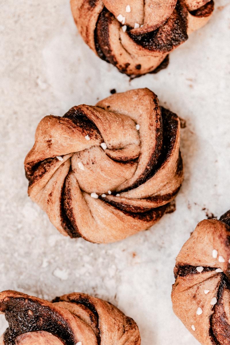 Pour le petit déjeuner : Chocolate rolls à base de farine de blé entier. Une recette qui remplace celle du cinnamon roll, idéale pour les personnes qui n'aiment pas la cannelle !