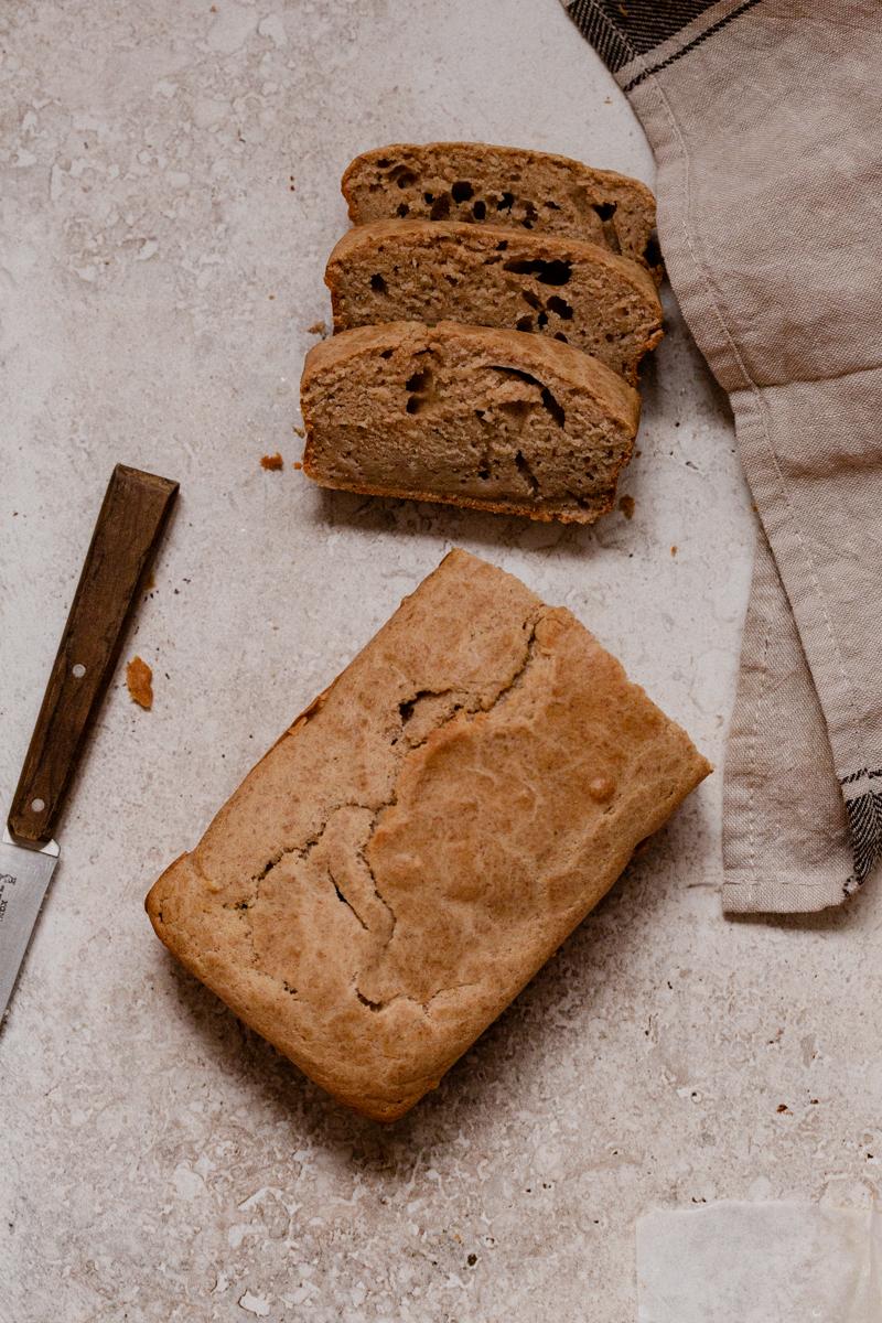 Cake au thé sans sucre et très moelleux, idéal pour le petit déjeuner. Recette présente dans l'atelier culinaire Montréal petit déjeuner.