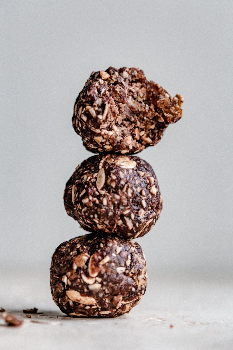 Energy balls peanut butter, cacao & sarrasin, sans cuisson. Boules d'énergie gourmande et moelleuse sans sucre ajouté, idéales pour les randonnées !