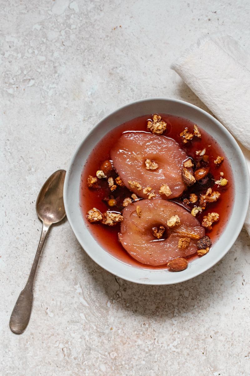Poire infusée à l'hibiscus thé épicé, avec sa chantilly épicée et dacquoise noisette