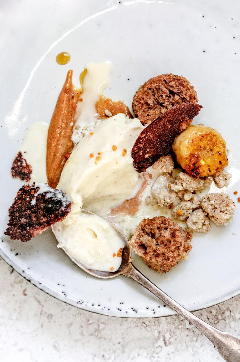 Praliné, glace citron muscade et légereté dessert à l'assiette à base de banane, praliné et muscade. Glace maison. Praliné maison. Banana bread.