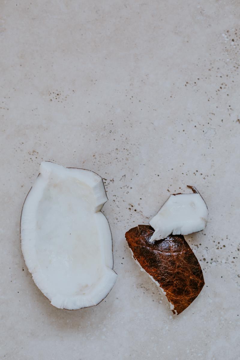 granola sans sucre ajouté à la coco, naturellement sucré à l'aide du fructose. Un sucre simple que l'on trouve naturellement dans les fruits.