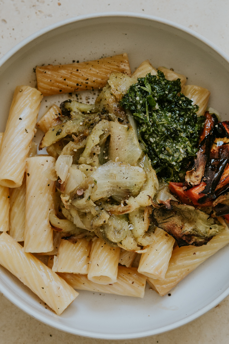 Pâtes à l'aubergine avec pesto de fanes et carottes rôties. purée d'aubergine rôtie au four, chips de peau d'aubergine.