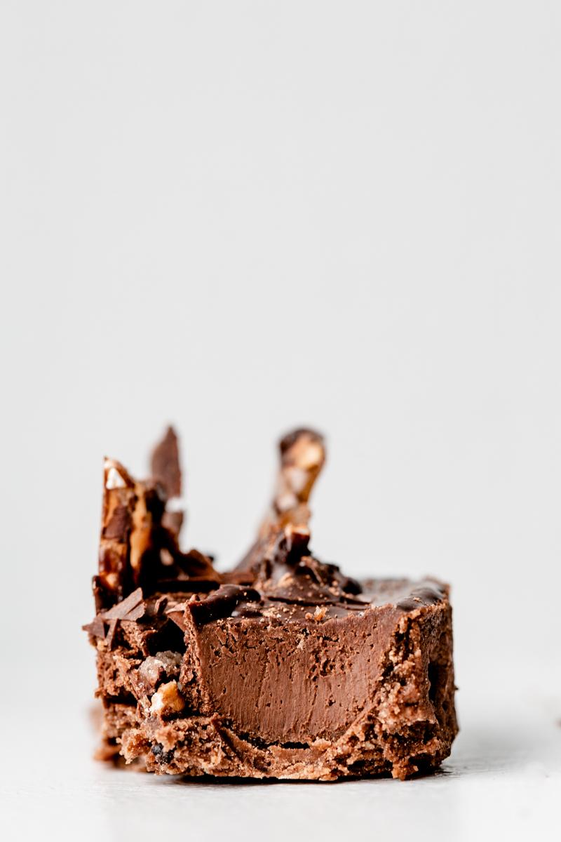 """Tarte Pure de Frédéric Bau, au chocolat Guanaja 70% Valrhona, avec pâte sablée au grué de cacao. Recette tirée du livre """"envies chocolat"""" de Frédéric Bau."""