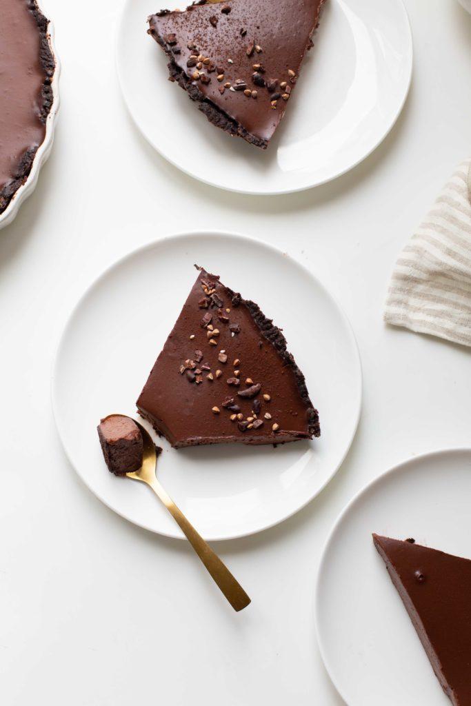 tarte tout chocolat végétalienne (vegan) gourmande et facile à réaliser qui plaira à toute la famille ! Tarte végane au chocolat, recette mllecoton, marine le berre