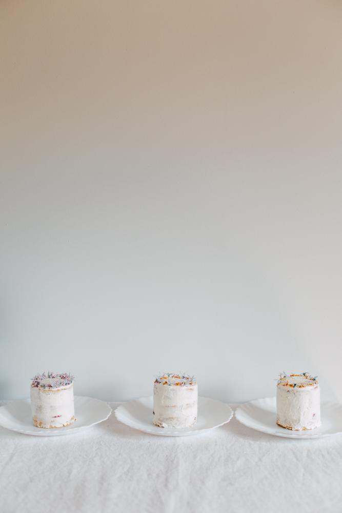 Mini layer cake fleur d'oranger, chocolat passion et fruits de saison, dessert original à offrir pour faire plaisir. layer cake format mini